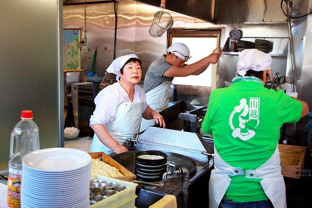 山越うどん-厨房2.jpg