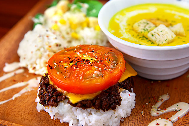 焼きトマト&チーズのドライカレープレート.jpg